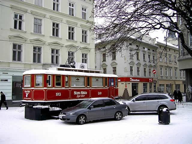 Львів відкритий для світу. Фоторепортаж зима 2010. Трамвайчик запрошує туристів на келих пива