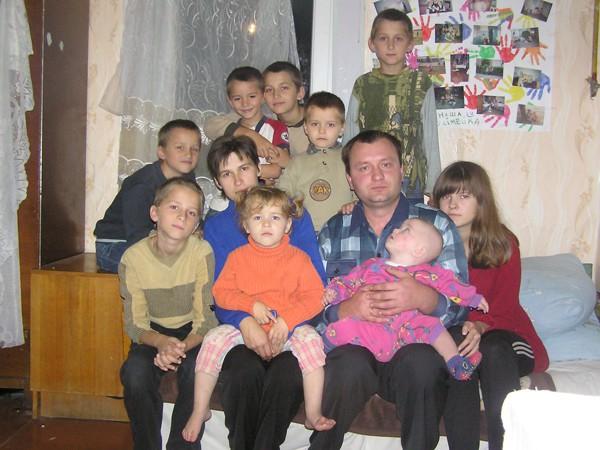 Сім'я помічника чергового з одинадцяти чоловік тулиться в старій двокімнатній хаті